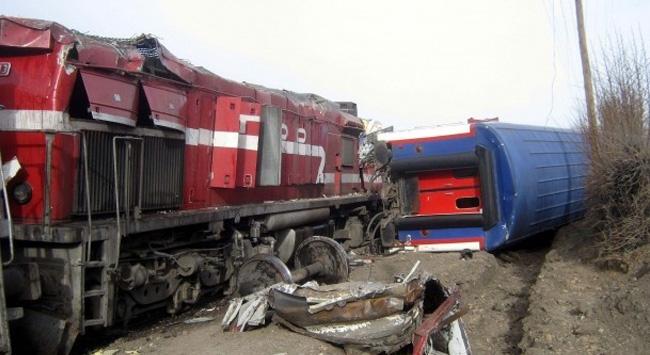 Kimyasal Madde Yüklü TIR'a tren çarptı! Yol Karantinaya Alındı